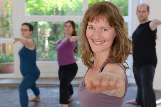 Gruppe beim Yogaüben